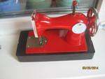 Ярко красная детская швейная машинка производство начала 1960-ых