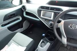 Toyota Aqua S гибридный хетчбек супер экономичный 6