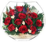Розы в вакууме в плоской вазе