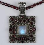 Ожерелье с гранатом и лунным камнем. Индия